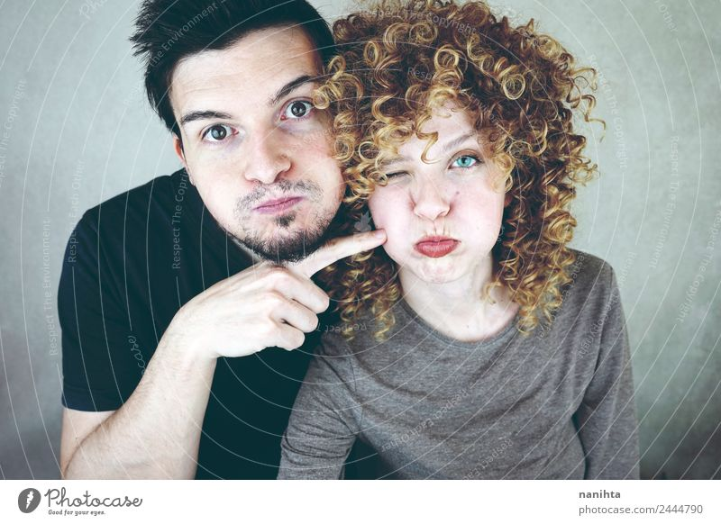 Junges Paar, das mit lustigen Gesichtern posiert. Lifestyle Freude Mensch maskulin feminin Frau Erwachsene Mann Familie & Verwandtschaft Freundschaft Partner