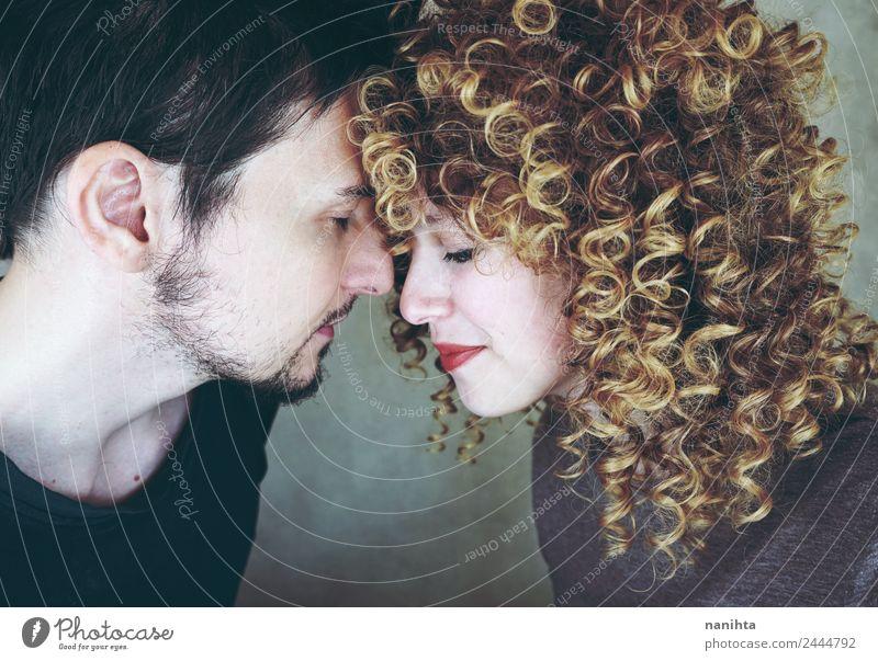 Verliebte junge Paare posieren von Angesicht zu Angesicht. Lifestyle Freude Mensch maskulin feminin Junge Frau Jugendliche Junger Mann Familie & Verwandtschaft