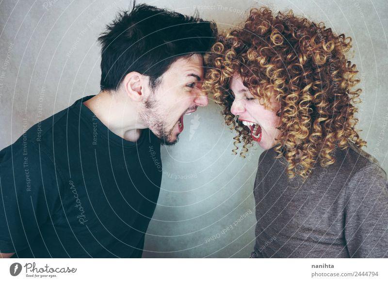 Junges Paar, das sich gegenseitig anschreit. Lifestyle Mensch maskulin feminin Junge Frau Jugendliche Junger Mann Familie & Verwandtschaft Partner 1 18-30 Jahre