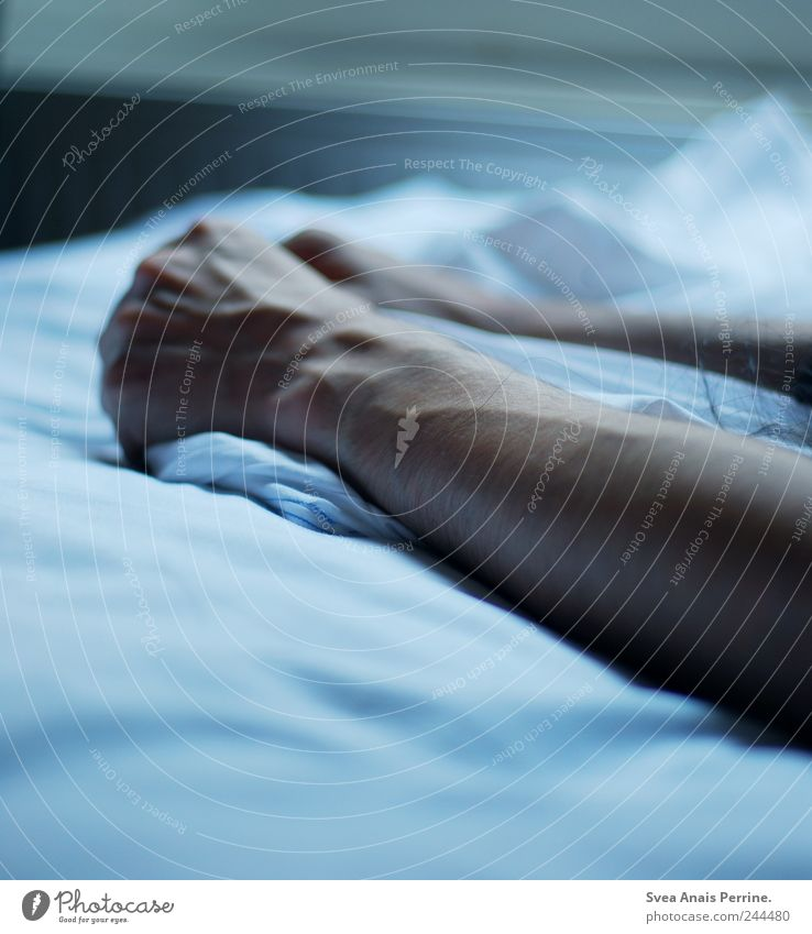 begreifen. maskulin Arme Hand Finger 1 Mensch Bett Bettlaken Bettdecke festhalten kalt Traurigkeit Sorge Trauer Farbfoto Gedeckte Farben Innenaufnahme Licht