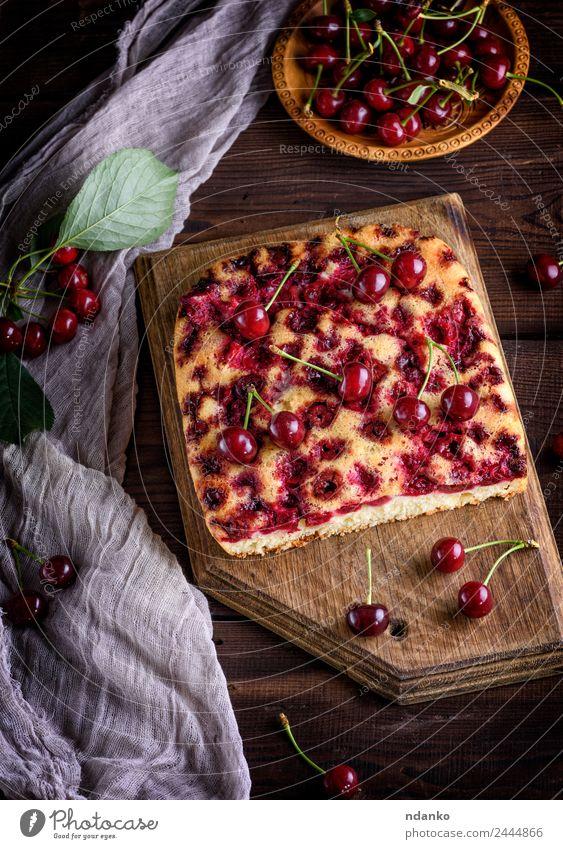 Kuchen mit Kirschen Lebensmittel Frucht Dessert Süßwaren Teller Holz Essen dunkel frisch lecker oben braun rot schwarz Pasteten Spielfigur Hintergrund backen