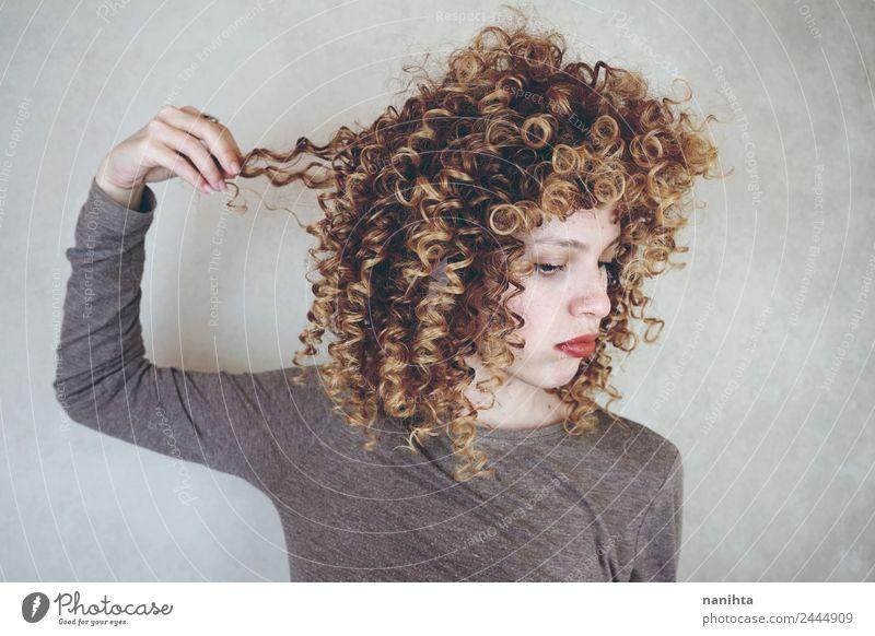 Junge enttäuschte Frau, die ihr Haar berührt. Lifestyle Stil schön Haare & Frisuren Sinnesorgane Friseur Mensch feminin Junge Frau Jugendliche 1 18-30 Jahre