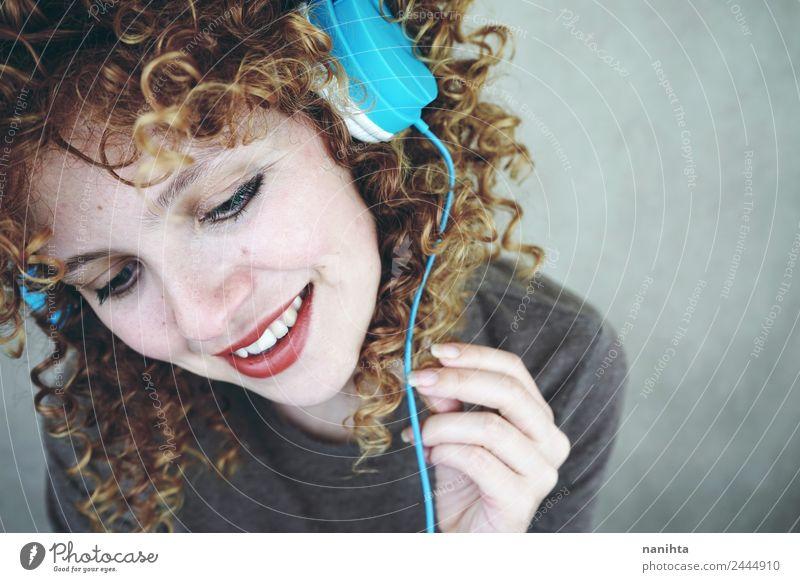 Blonde Frau, die mit ihren Kopfhörern Musik hört. Lifestyle Stil Freude schön Haare & Frisuren Haut Gesicht Wellness Wohlgefühl Freizeit & Hobby Headset