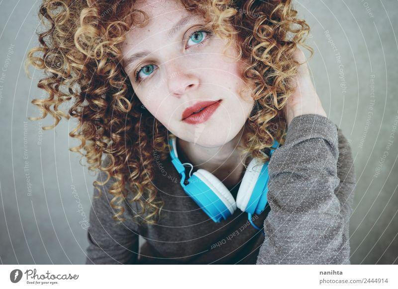Junge blonde Frau mit blauen Augen und einem Headset. Lifestyle Stil schön Haare & Frisuren Haut Gesicht Freizeit & Hobby Technik & Technologie