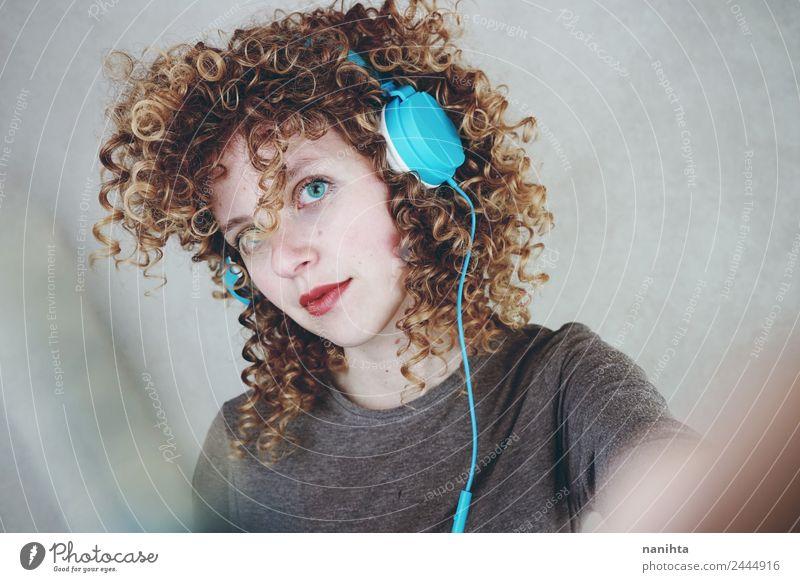 Junge blonde Frau, die mit ihren Kopfhörern Musik hört. Lifestyle Stil schön Haare & Frisuren Freizeit & Hobby Headset Technik & Technologie