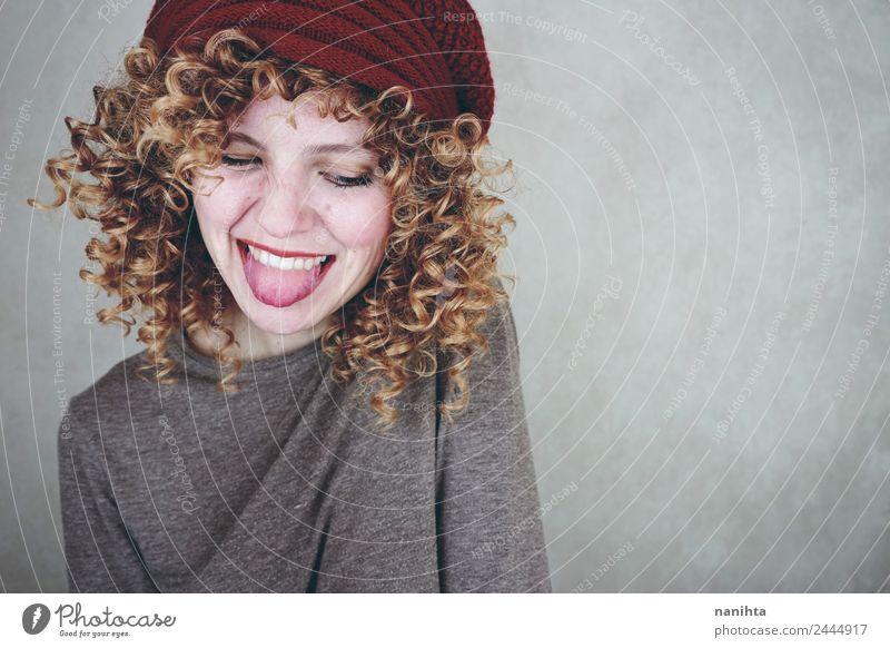 Junge glückliche Frau, die ihre Zunge herausstreckt. Lifestyle Stil Freude schön Haare & Frisuren Wellness Leben Mensch feminin Junge Frau Jugendliche 1