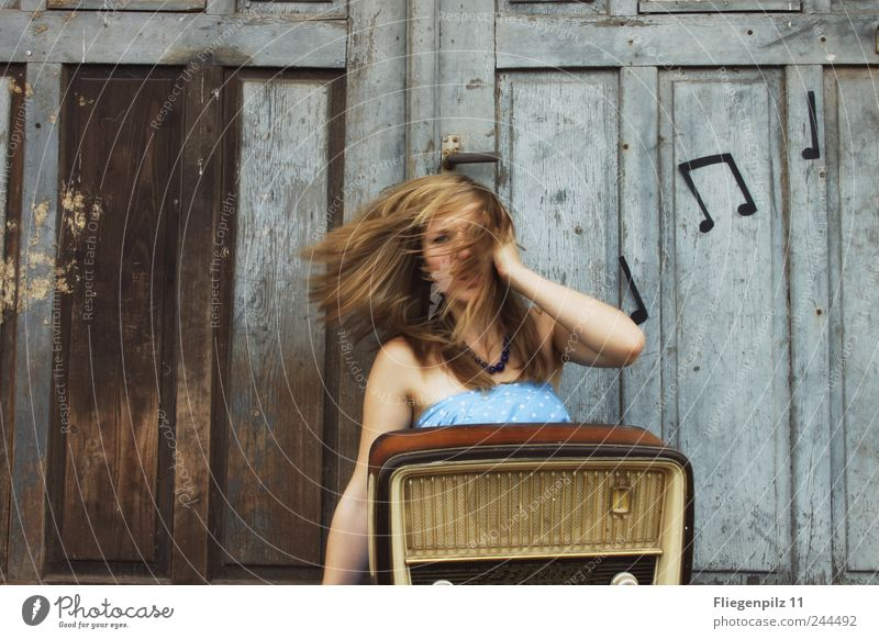 das haut mich weg Mensch Jugendliche blau feminin Gefühle Kopf Haare & Frisuren Bewegung Stil Musik Tür blond Angst wild verrückt retro