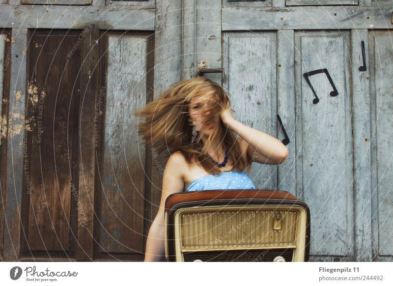 das haut mich weg Stil Lautsprecher Radiogerät feminin Junge Frau Jugendliche Kopf Haare & Frisuren 1 Mensch Musik Musik hören Tor Tür blond langhaarig Bewegung