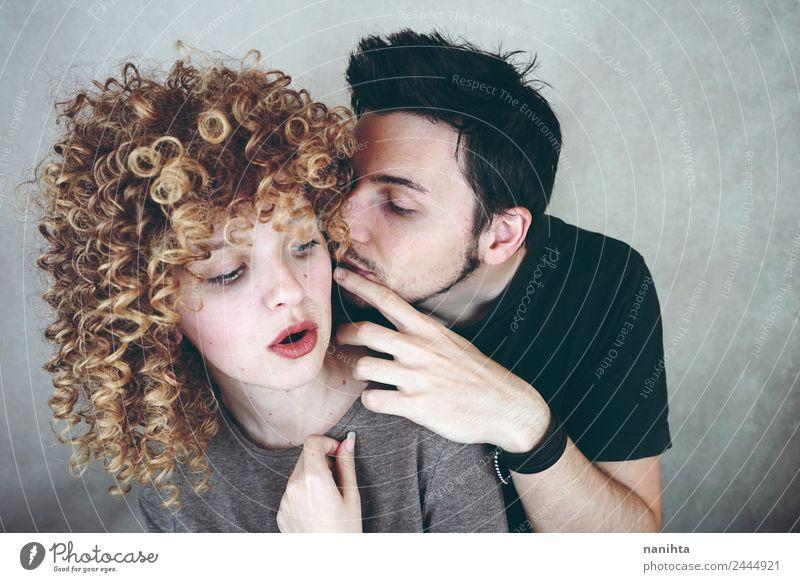 Junger Mann erzählt seiner Freundin ein Geheimnis. Lifestyle Stil Mensch maskulin feminin Frau Erwachsene Familie & Verwandtschaft Paar Partner 2 30-45 Jahre