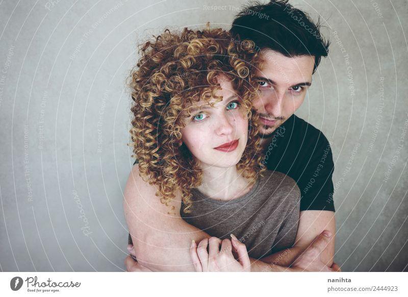 Studio-Porträt eines jungen Paares, das sich umarmt. Lifestyle elegant Stil Freude schön Mensch maskulin feminin Junge Frau Jugendliche Junger Mann