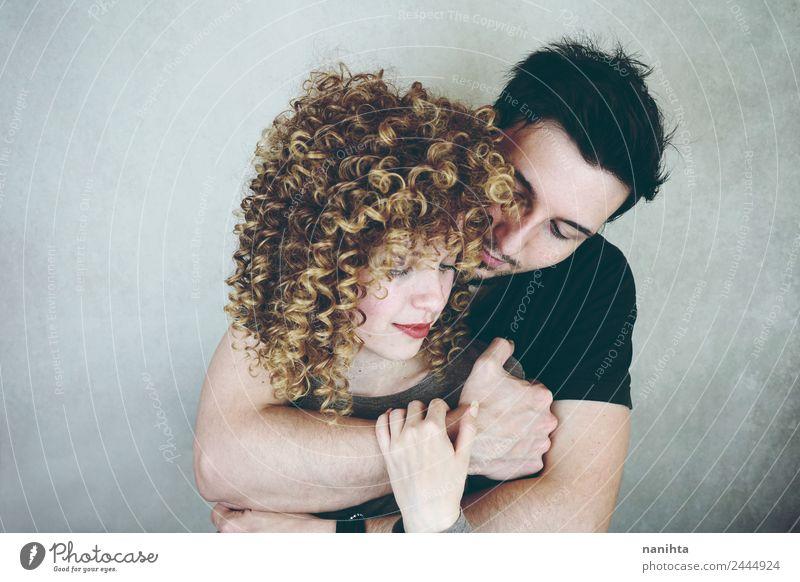 Studio-Porträt eines jungen Paares, das sich umarmt. elegant Stil Freude Wellness Wohlgefühl Sinnesorgane Mensch maskulin feminin Frau Erwachsene Mann