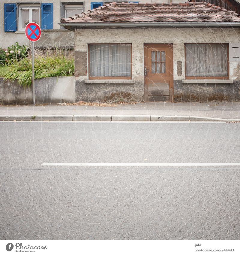 häuslein Haus Straße Fenster Wand Architektur klein Wege & Pfade Mauer Gebäude Tür Treppe trist Bauwerk Verkehrsschild Verkehrszeichen winzig