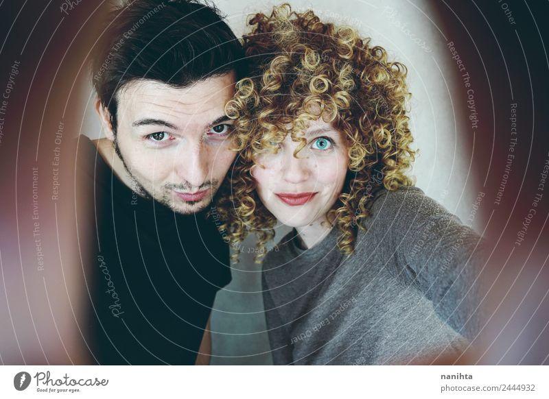 Lustiges junges Paar bei einem Selfie Lifestyle Freude Haare & Frisuren Mensch maskulin feminin Frau Erwachsene Mann Familie & Verwandtschaft Freundschaft