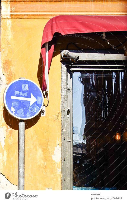 da lang Mauer Wand Fassade Fenster Verkehrszeichen Verkehrsschild blau gelb rot Pfeil Richtung richtungweisend Schilder & Markierungen Schaufenster Markise