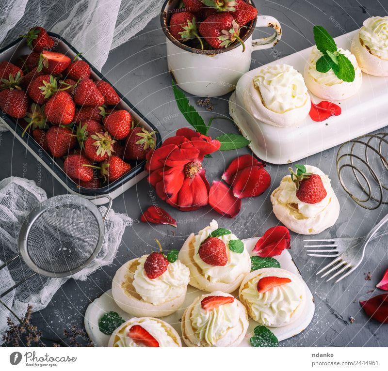 gebackenes Baiser mit Sahne Frucht Kuchen Dessert Süßwaren Ernährung Tasse Gabel Essen frisch klein lecker grau rot weiß Schaumgebäck pavlova Portion