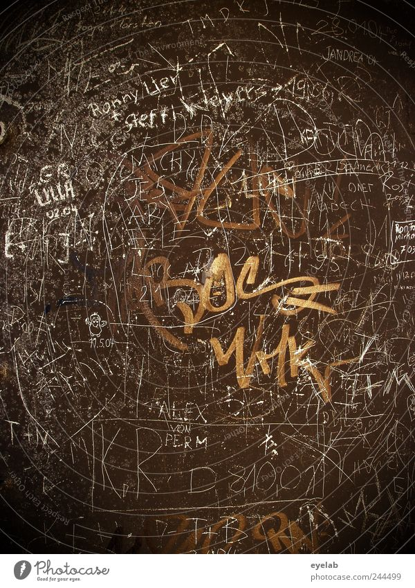 Merkzettel alt Haus kalt Graffiti Gebäude braun dreckig Fassade Schilder & Markierungen Schriftzeichen kaputt einzigartig Kommunizieren Ziffern & Zahlen Bauwerk