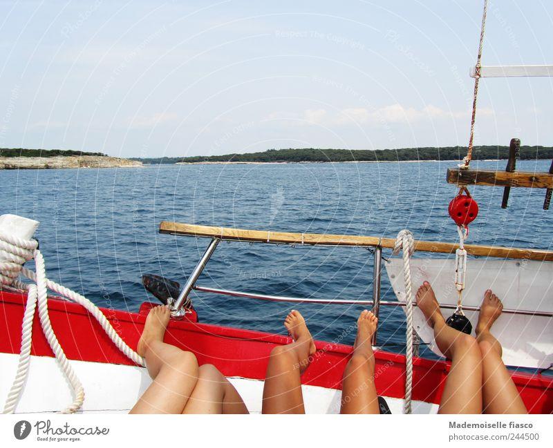 Sonnendeck Mensch Jugendliche blau weiß schön rot Ferien & Urlaub & Reisen Meer Erwachsene Erholung Beine braun Zufriedenheit Freizeit & Hobby liegen Ausflug