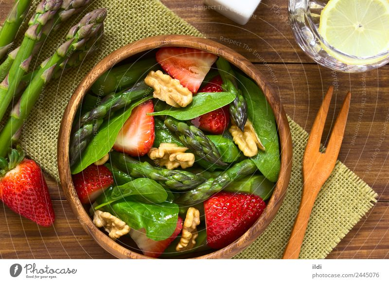 Erdbeer-Spargelspinat und Walnuss-Salat Gemüse Frucht Vegetarische Ernährung frisch Gesundheit natürlich Lebensmittel Salatbeilage Erdbeeren Spinat roh