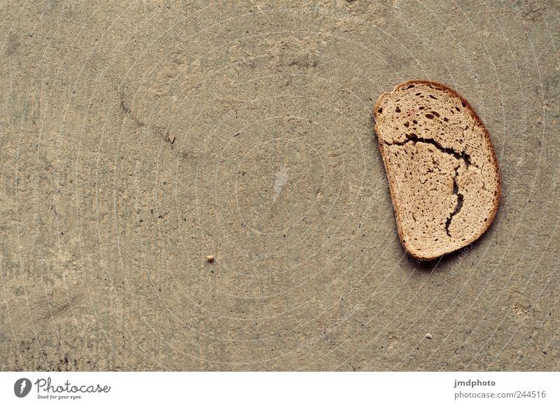 Stulle auf weiter Flur alt grau Lebensmittel dreckig Armut retro trocken entdecken Brot Riss Fressen bauen Ekel Belegtes Brot staubig Tod
