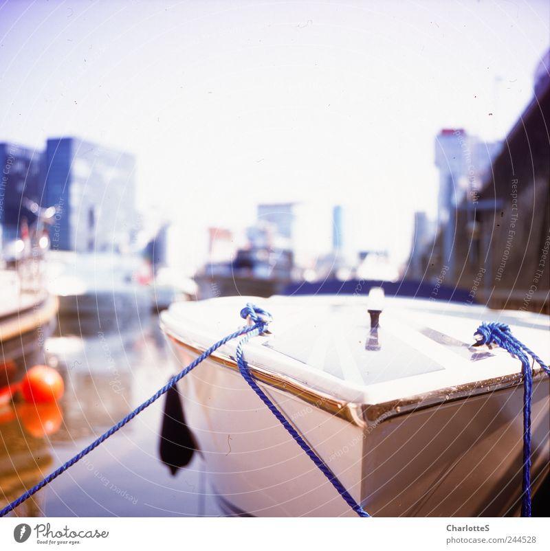 Im Medienhafen Sightseeing Städtereise Wellen Flussufer Düsseldorf Hafenstadt Skyline Hochhaus Binnenschifffahrt Kreuzfahrt Sportboot Jacht Motorboot