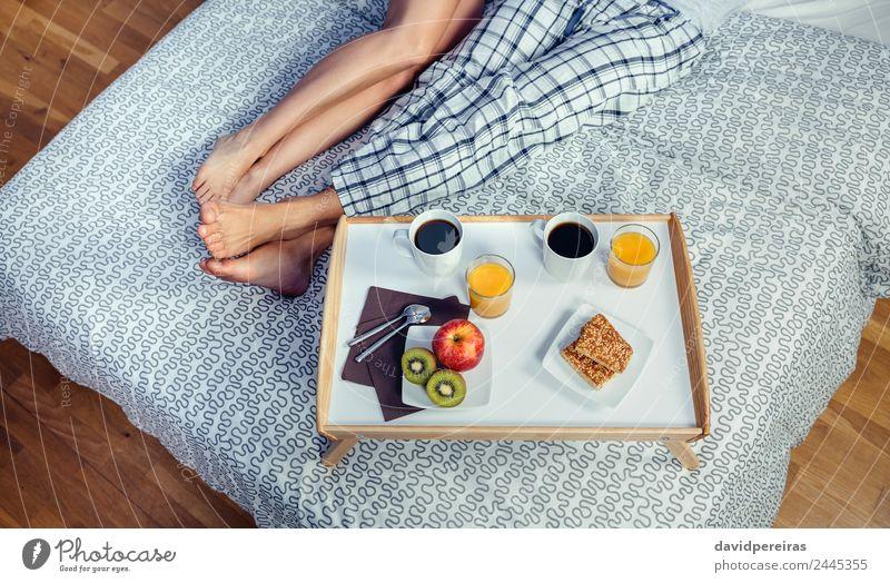 Gesundes Frühstück auf Tablett und Paar Beine über dem Bett Frucht Apfel Saft Kaffee Lifestyle Glück Erholung Freizeit & Hobby Schlafzimmer Frau Erwachsene Mann