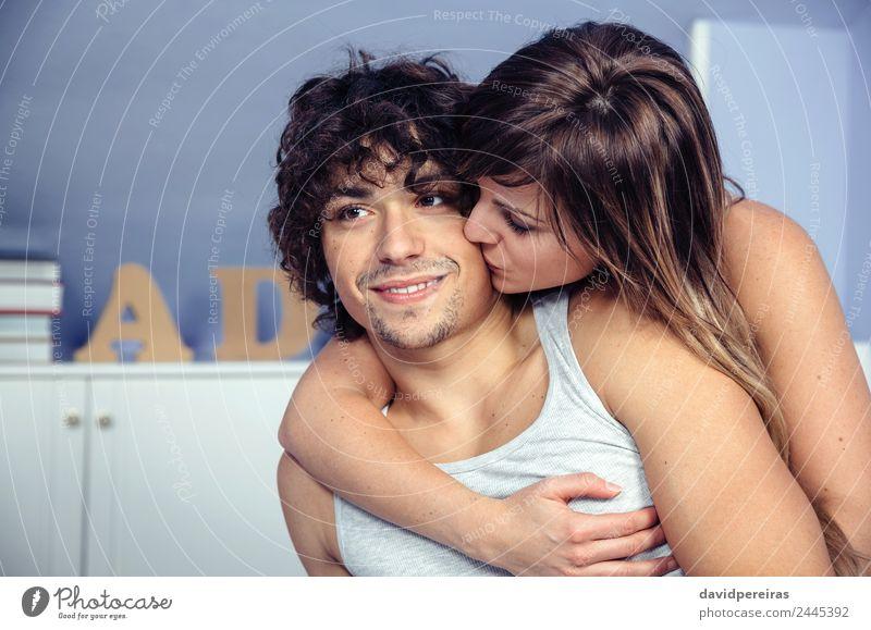 Schöne Frau, die sich küsst und den glücklichen Mann umarmt. Lifestyle Glück schön Erholung Schlafzimmer Fotokamera Erwachsene Familie & Verwandtschaft Paar