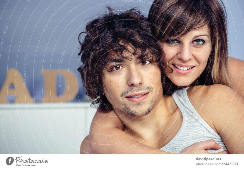 Ein verliebtes Paar, das das Schlafzimmer umarmt und lächelt. Lifestyle Glück schön Erholung Fotokamera Frau Erwachsene Mann Familie & Verwandtschaft Lächeln