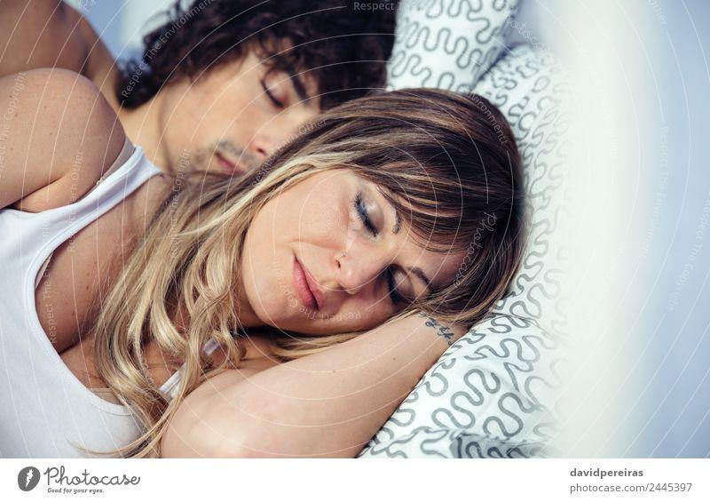Junges verliebtes Paar, das sich umarmt und über einem Bett liegt. Lifestyle Glück schön Erholung Schlafzimmer Frau Erwachsene Mann Familie & Verwandtschaft
