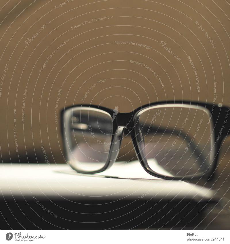 neue Optik Brille Glas nerdig retro braun schwarz nerdbrille Brillengestell liegen absetzen ablegen Farbfoto Gedeckte Farben Innenaufnahme Nahaufnahme