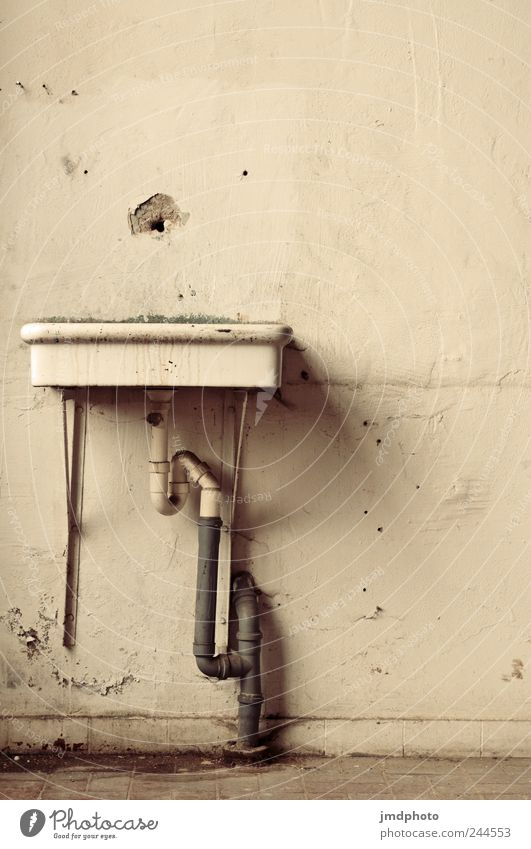 was fehlt? alt Haus kalt Wand Traurigkeit träumen Zeit dreckig kaputt Vergänglichkeit Bad Fabrik trocken Verfall trashig Ruine