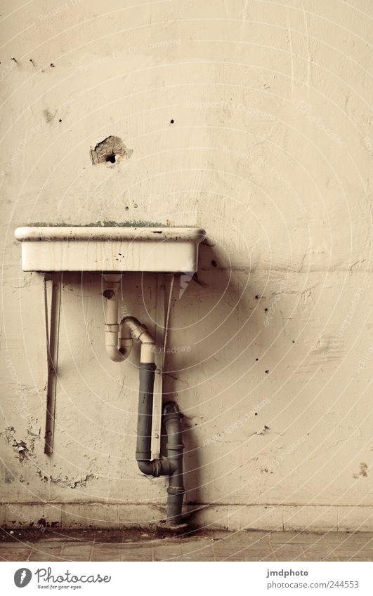 was fehlt? Bad Haus Fabrik Ruine alt dreckig kalt kaputt trashig trocken Ordnungsliebe träumen Traurigkeit Sorge Krise Verfall Vergänglichkeit Zeit Waschbecken
