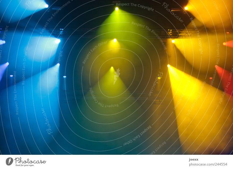 Live Bühne Veranstaltung Show Open Air hell mehrfarbig gelb grün rot Energie Farbe Beleuchtung Bühnenbeleuchtung Scheinwerfer Lichtkegel Lichterscheinung