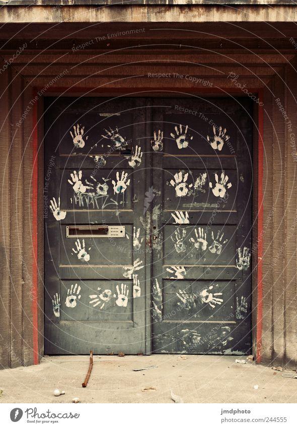 lass mich rein Häusliches Leben Wohnung Haus Bauwerk Gebäude Fassade Tür Zeichen dreckig kaputt trashig Kraft Willensstärke Mut Tatkraft Schutz gereizt