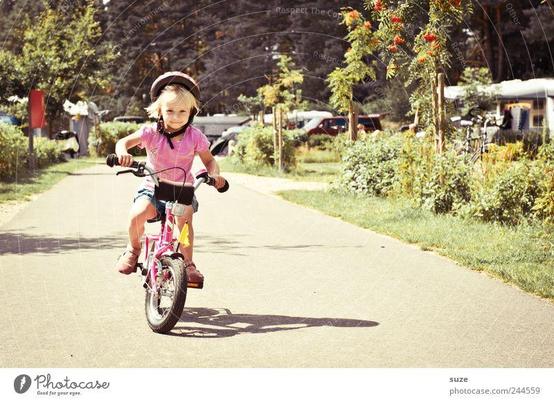 Radkäppchen Fahrradfahren Mensch Kind Kleinkind Mädchen Kindheit 1 3-8 Jahre Umwelt Sommer Schönes Wetter Verkehrswege Wege & Pfade Helm blond lernen klein