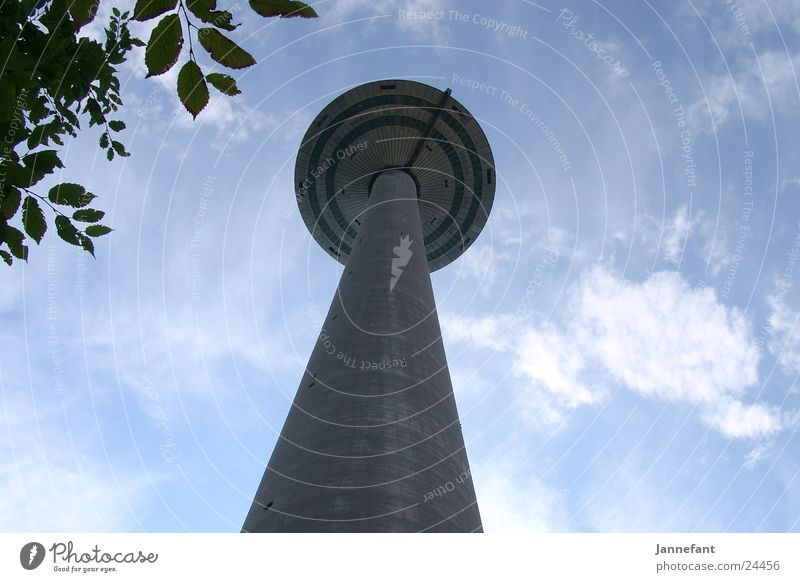 Blick nach oben 1 Wolken Architektur hoch Frankfurt am Main Fernsehturm