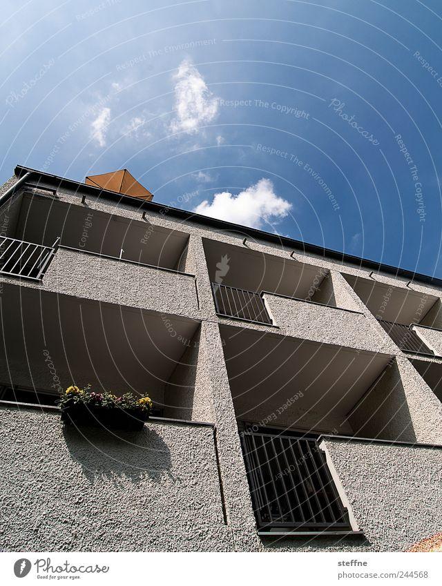 Wahrscheinlichkeitsprognose, 0% Himmel Wolken Sonnenlicht Sommer Schönes Wetter Haus Mauer Wand Fassade Balkon Sonnenschirm Schatten Beton Farbfoto