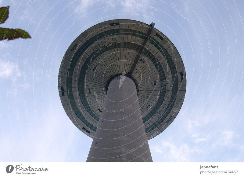 Blick nach oben 2 Wolken Architektur hoch Frankfurt am Main Fernsehturm