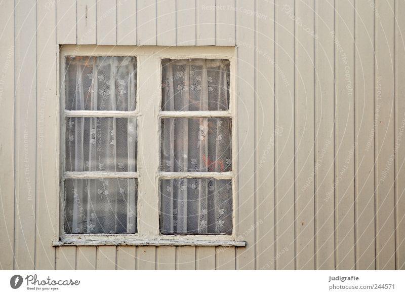 Fenster Haus Einfamilienhaus Hütte Fassade Häusliches Leben Linie Gardine alt Holz Farbfoto Gedeckte Farben Außenaufnahme Menschenleer