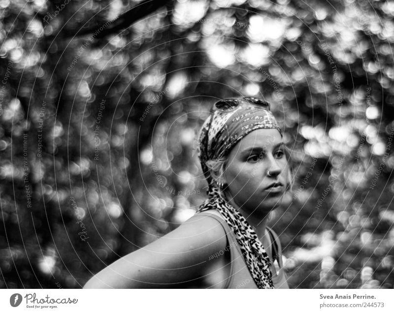waldfreiden. feminin Junge Frau Jugendliche 1 Mensch 18-30 Jahre Erwachsene Accessoire Schmuck Denken nachdenklich Kopftuch Piercing Schwarzweißfoto