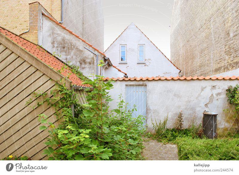 sønderborg Dorf Altstadt Mauer Wand Fassade Dach Dachrinne Häusliches Leben Fenster Müllbehälter Autotür Innenhof Dachgiebel Dänemark Sonderborg Dachziegel