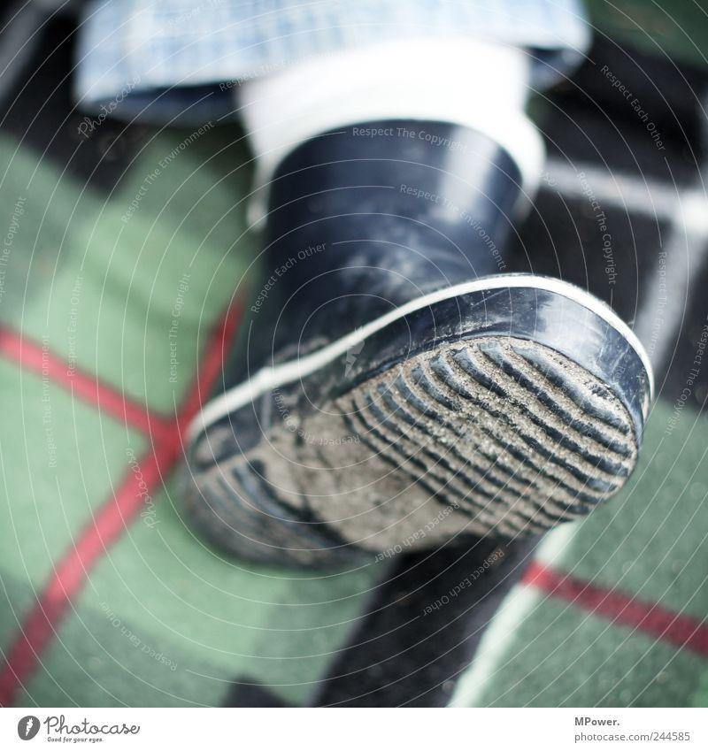 matschtretter Mensch Kind blau Spielen Beine Linie Fuß Kindheit Schuhe dreckig Ausflug Pause Kunststoff Kleinkind Decke Furche