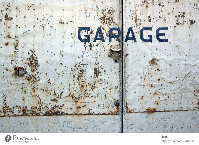 GAR | AGE alt Haus Gebäude außergewöhnlich Fassade Tür authentisch Schriftzeichen ästhetisch einfach Neigung fahren Dorf Fabrik Hütte Rost
