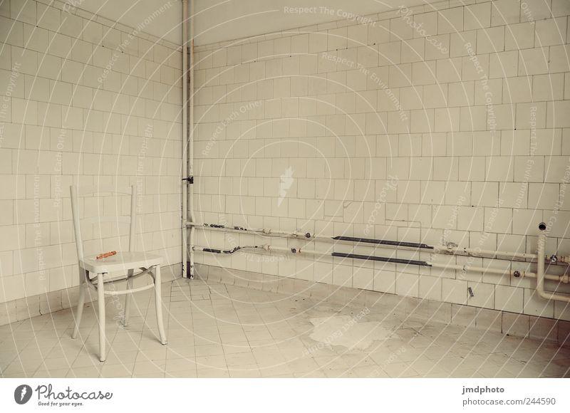 Ton in Ton Stuhl Haus Industrieanlage Fabrik Mauer Wand stehen kalt kaputt trashig trist weiß ruhig Traurigkeit Sorge Trauer Einsamkeit Scham Angst verstört