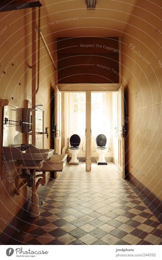 Damentoilette alt Einsamkeit Haus kalt Gebäude Traurigkeit Tür dreckig Sauberkeit Bad Bauwerk Fliesen u. Kacheln Toilette Toilette trashig Ekel