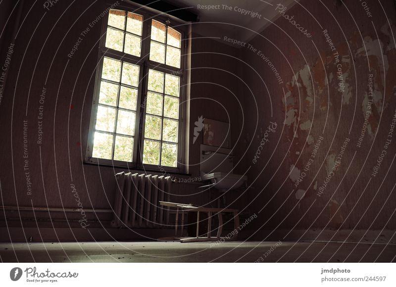 verwaistes Krankenhaus alt Einsamkeit Fenster Wand Mauer Traurigkeit kaputt trist Trauer Stuhl Vergänglichkeit verfallen Verfall trashig Fensterscheibe Sorge