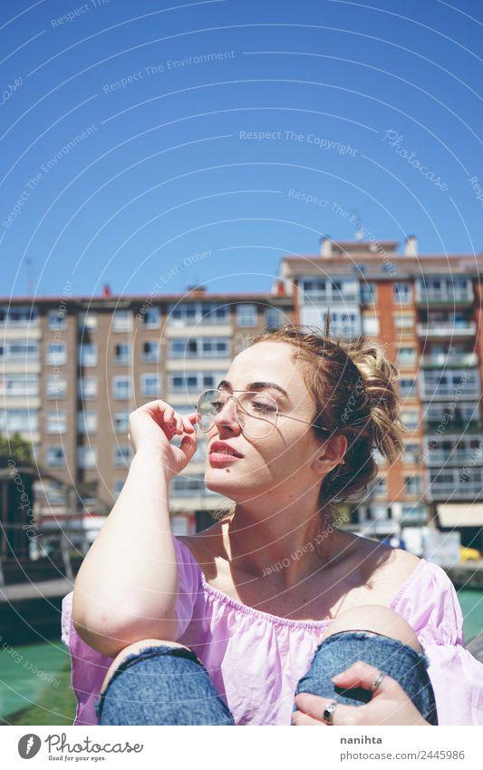 Junge und hübsche Frau, die den Tag in der Stadt genießt. Lifestyle elegant Stil schön Ferien & Urlaub & Reisen Tourismus Städtereise Sommer Sommerurlaub Sonne