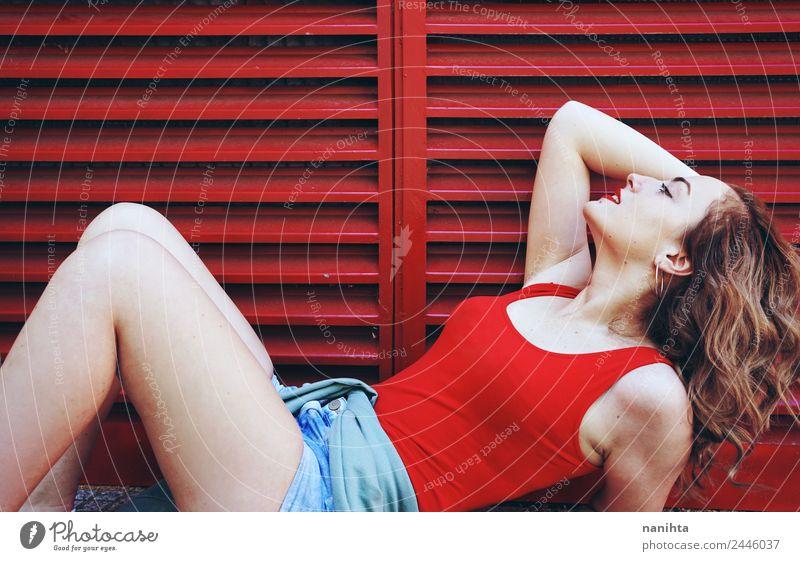 Junge sexy Frau vor rotem Hintergrund Lifestyle elegant Stil schön Körper Haare & Frisuren Mensch feminin Junge Frau Jugendliche 1 18-30 Jahre Erwachsene Sommer