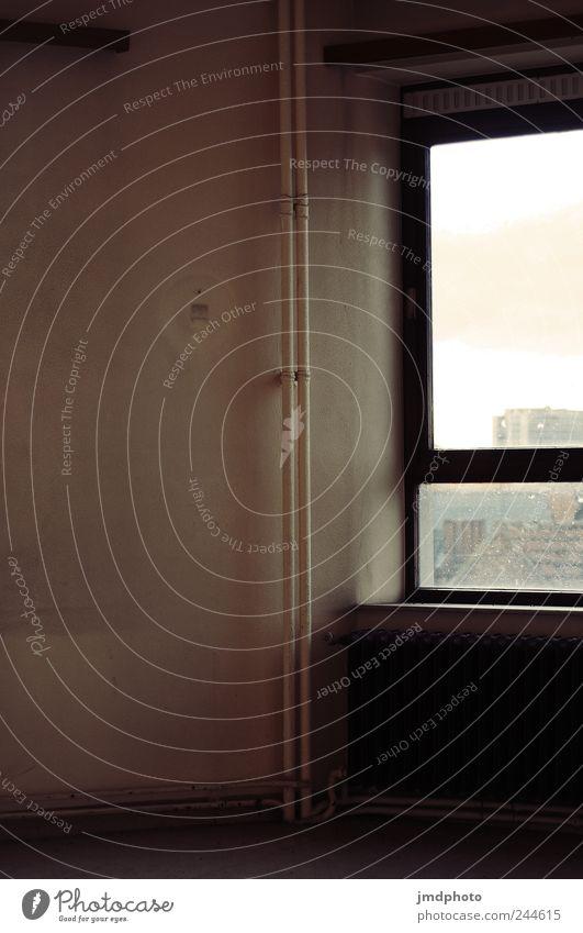 heizen alt Einsamkeit Haus kalt Wand Fenster Mauer Traurigkeit kaputt Verfall trashig Heizkörper Renovieren Sorge Heizung Rohrleitung