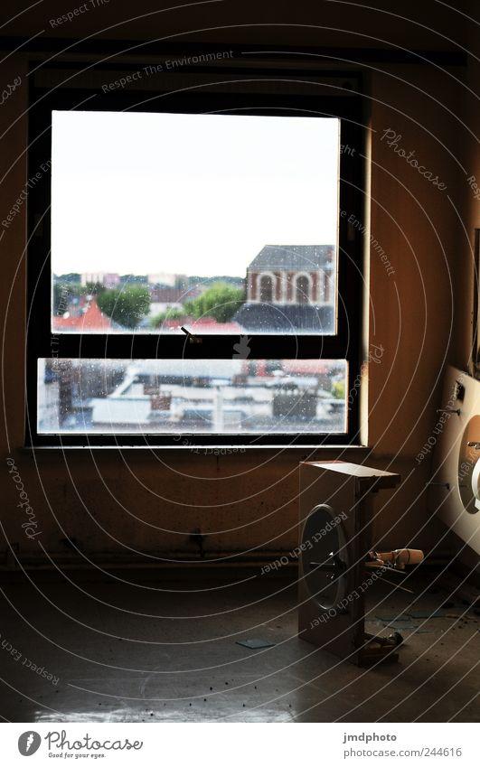 außen hui und innen pfui Häusliches Leben Wohnung Renovieren Umzug (Wohnungswechsel) Haus Einfamilienhaus Fenster alt einfach kaputt trashig Stadt Traurigkeit