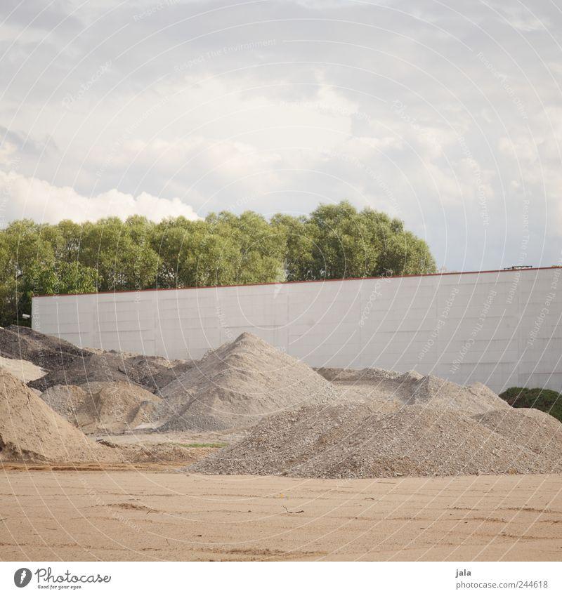 sandkasten für fortgeschrittene Himmel Baum Pflanze Wolken Wand Sand Mauer Stein Gebäude Fassade Baustelle Bauwerk Fabrik Industrieanlage Umwelt